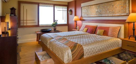 Кроме внешней отделки стен и потолков на интерьер спальни существенное влияние оказывает установленная в комнате мебель. В любой спальни непременным атрибутов является кровать и шкаф. Особых требований по выбору кровати не существует, все зависит от того, кто будет спать в этой комнате.