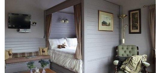 Вот так можно оборудовать уютное спальное место в гостиной, если площадь жилья не позволяет создать отдельный спальный уголок