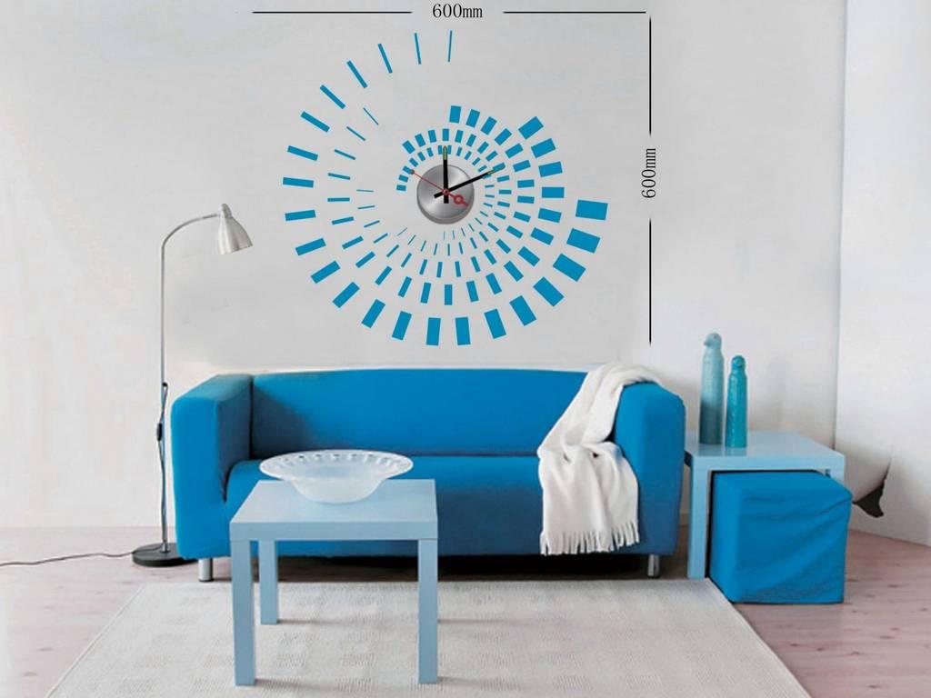 Декоративные часы в спальной комнате
