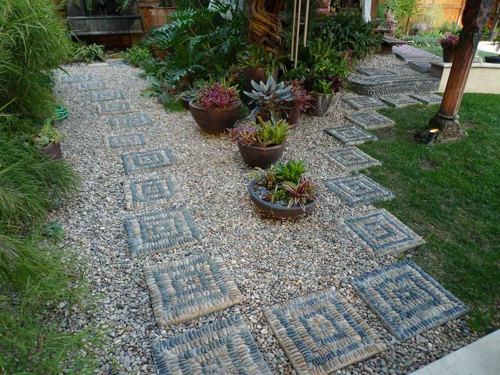 красивая садовая дорожка из камня