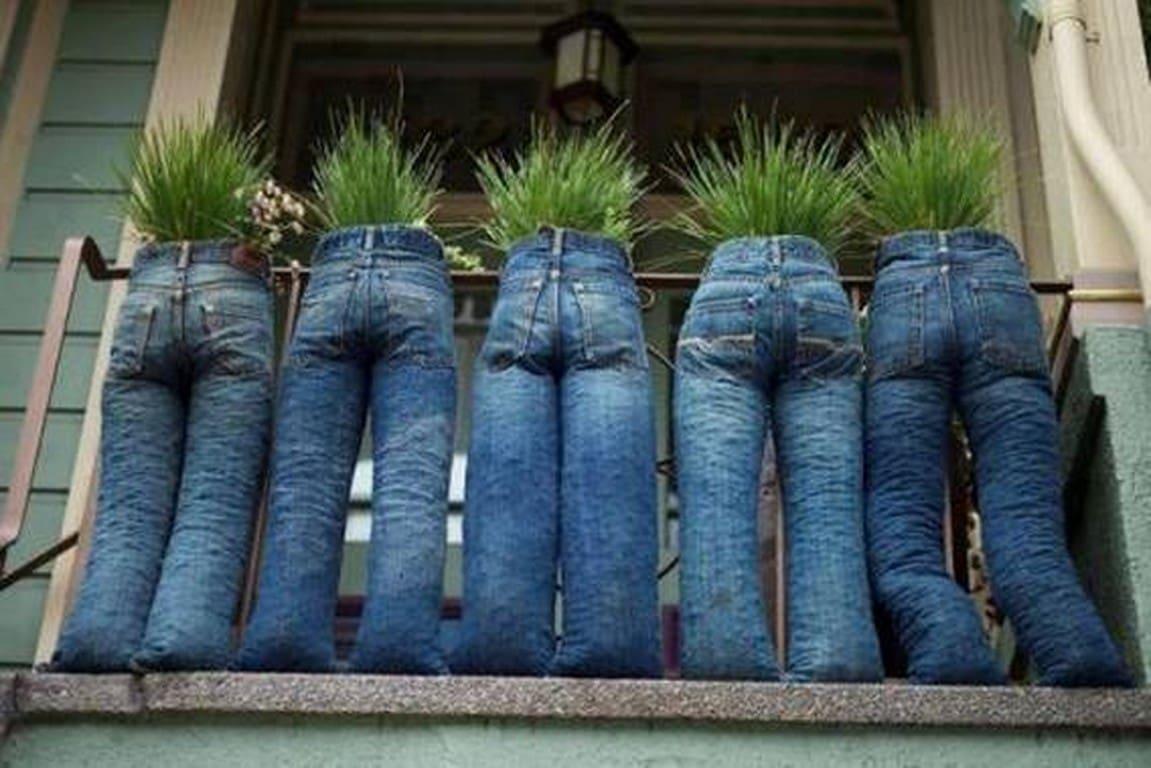 идея для цветочных горшков из старых брюк
