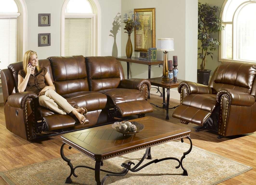 Кожаный диван в интерьере домашней библиотеки