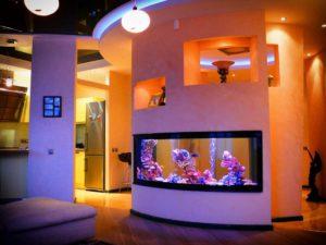 Аквариум в интерьере дома встроенный в стену