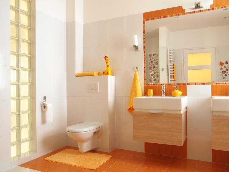 оригинальный дизайн маленькой ванной комнаты с туалетом в оранжевых тонах