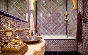 Туалет от версаче в интерьере ванной