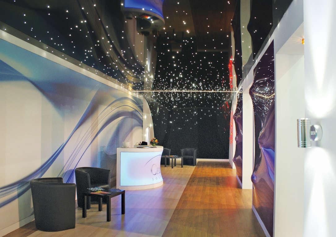 Потолок звёздное небо и зеркала в гостиной